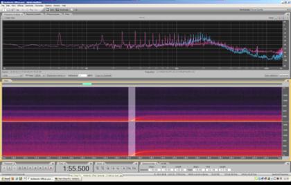 Ancora uno zoom: dalla precedente schermata è stato preso un ulteriore frammento della durata di 3/10 di secondo. In basso, lo sviluppo di questo frammento è sufficiente ad evidenziare le singole semionde della sinusoide di rete, l'oscillazione della corrente alternata che avviene 50 volte al secondo.